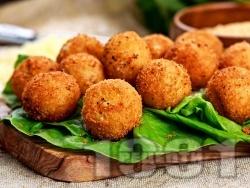 Панирани топчета от сирене моцарела в яйца, брашно и галета (предястие) - снимка на рецептата